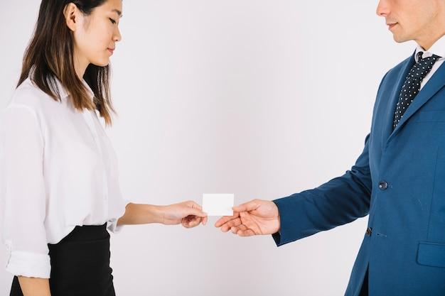 Personas de negocios intercambiando tarjeta de visita