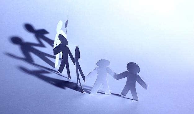Personas de papel haciendo trabajo en equipo en sus negocios.