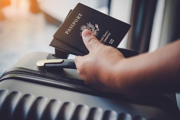 Personas con pasaportes, mapa para viajar con equipaje para el viaje.
