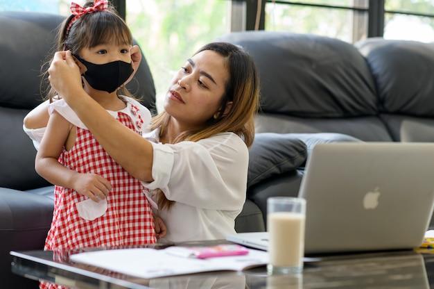 Personas persona concepto de familia. la madre usa una máscara para su hijo. proteja a sus seres queridos