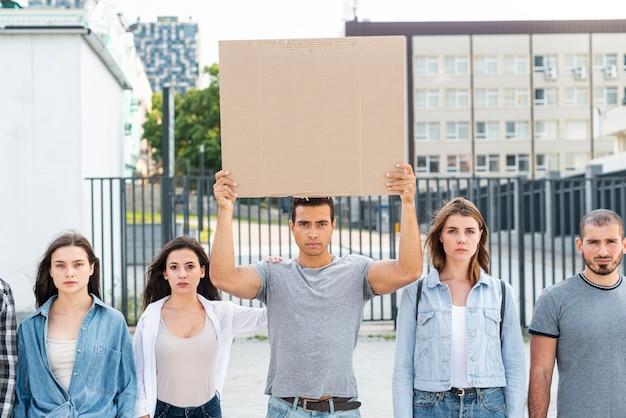 Personas de pie juntas en la manifestación
