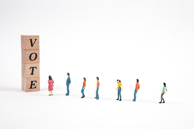Personas de pie en una línea en blanco