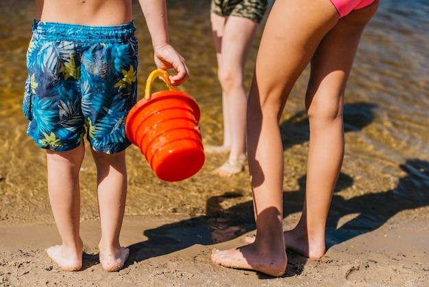 Personas de pie en la playa del mar