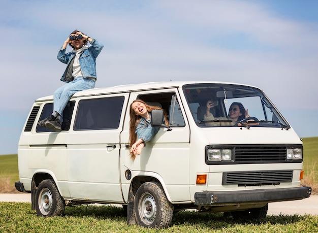 Personas de plano completo que viajan con furgoneta