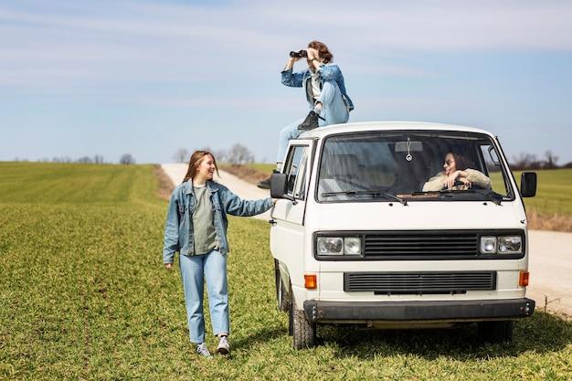 Personas de plano completo viajando juntas