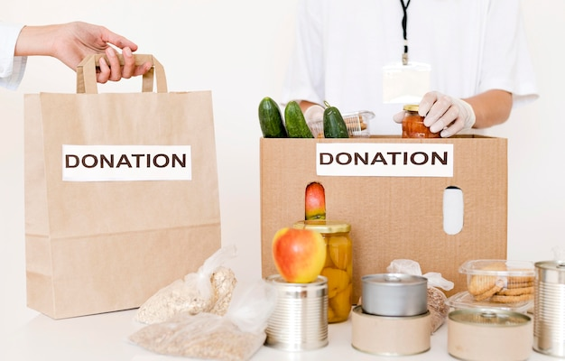 Personas preparando bolsas para donar con comida