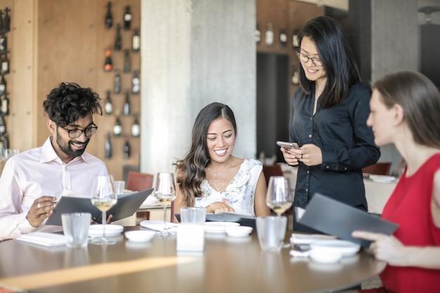 Personas que almuerzan en un elegante restaurante.