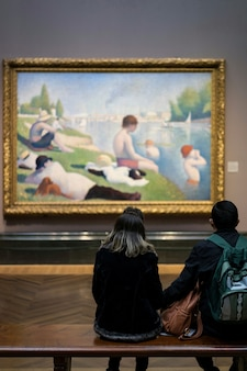 Personas que buscan una foto en la galería de arte.