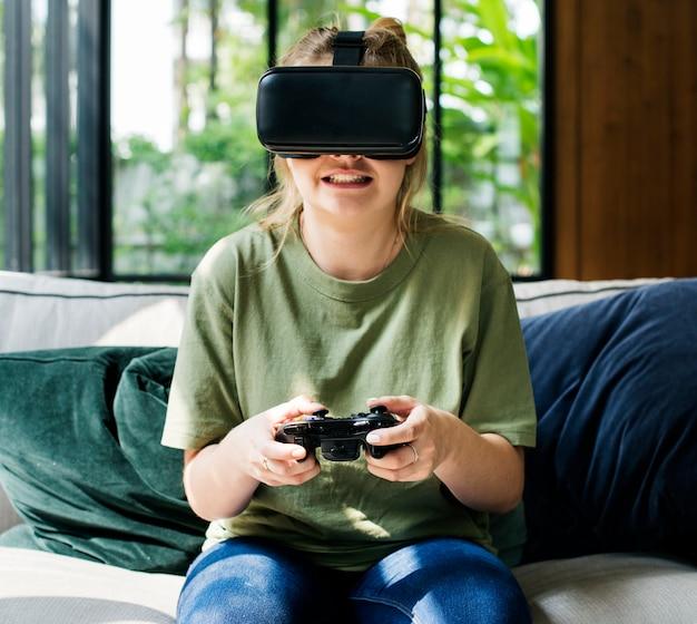 Personas que disfrutan de gafas de realidad virtual.