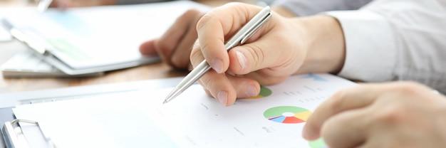 Personas que escriben en informes financieros