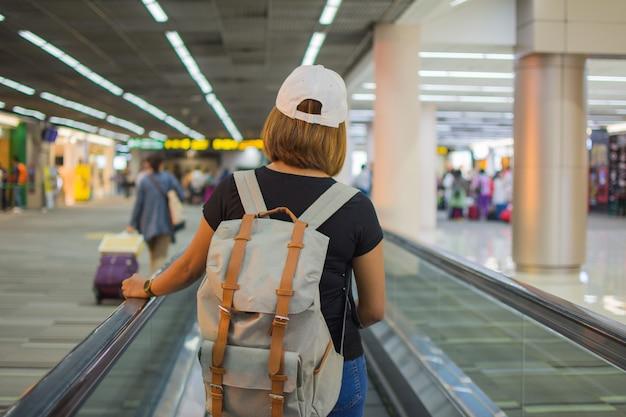 Personas que esperan viajar en el aeropuerto. el sujeto esta borroso