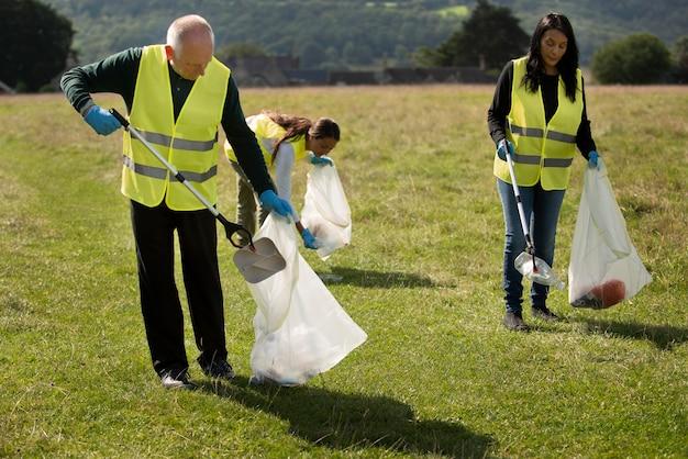 Personas que hacen servicio comunitario recolectando basura.