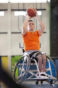 Personas que practican deportes con discapacidad.