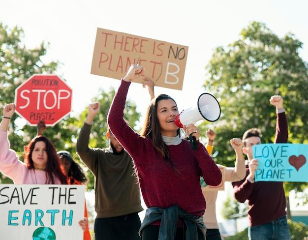 Personas que protestaban con pancartas y megáfono.