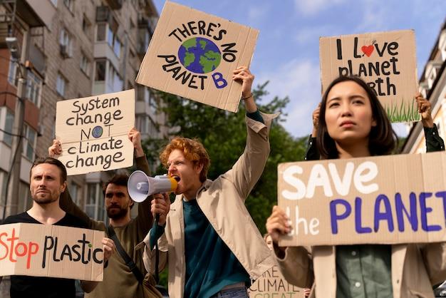 Personas que protestan juntas contra el calentamiento global