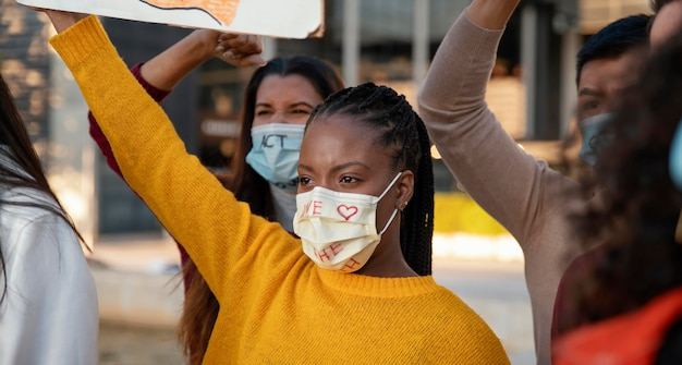 Personas que protestan con máscaras de cerca