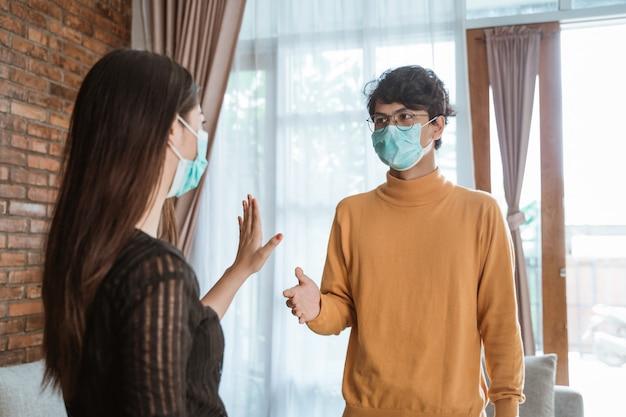 Personas que se separan para evitar contraer infecciones.