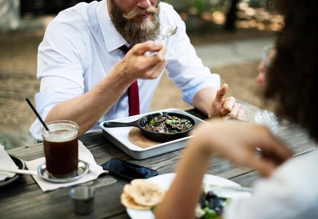 Las personas que tienen comida saludable juntos en el restaurante