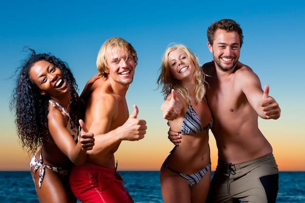 Personas que tienen fiesta en la playa