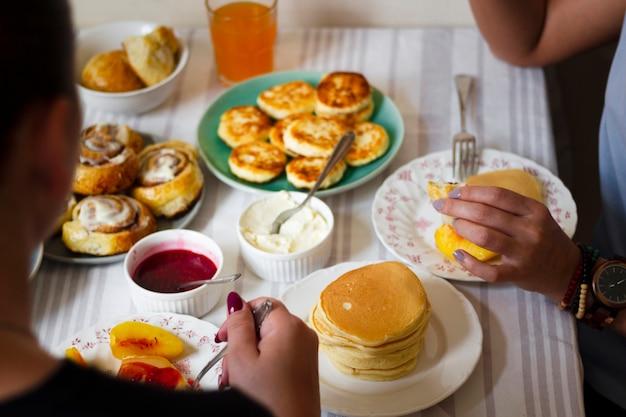 Las personas que tienen panqueques para el desayuno