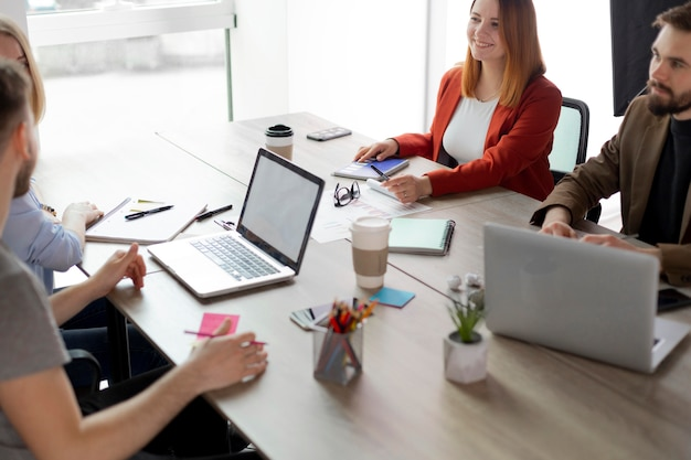 Personas que tienen una reunión por un trabajo vacante