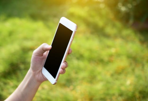 Personas que tienen teléfono móvil inteligente usando una aplicación inteligente de internet en línea