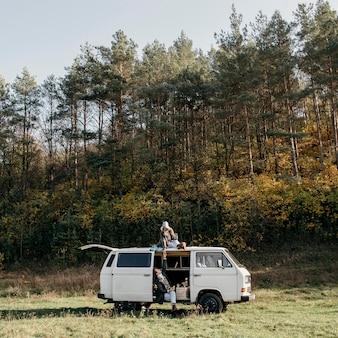 Personas que tienen un viaje por carretera en una furgoneta.