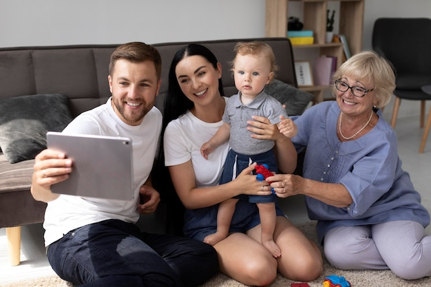 Personas que tienen una videollamada con su familia en casa.