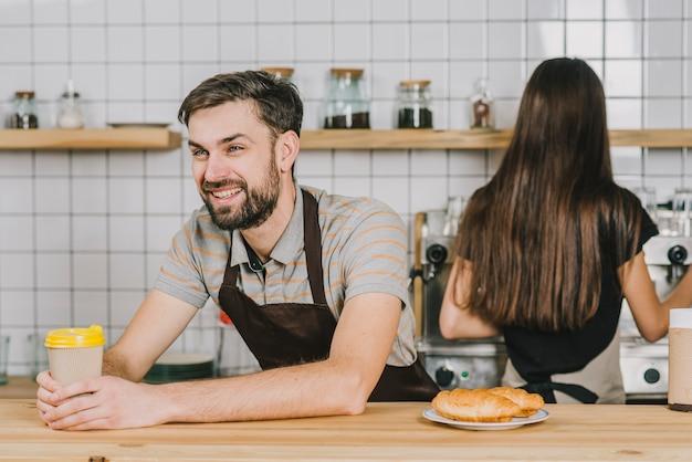 Las personas que trabajan como camareros