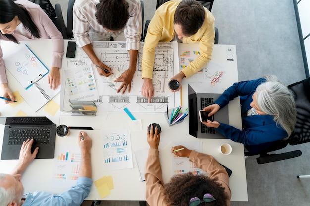 Personas que trabajan como empresa en equipo