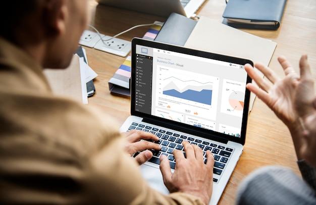 Personas que trabajan en una computadora portátil en una reunión