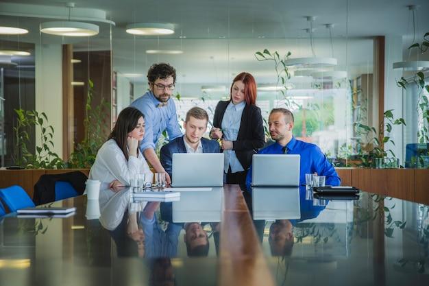 Personas que trabajan con computadoras