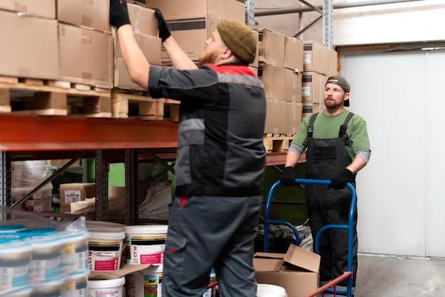 Personas que trabajan juntas en un almacén.