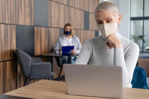 Personas que trabajan respetando la restricción de distanciamiento social