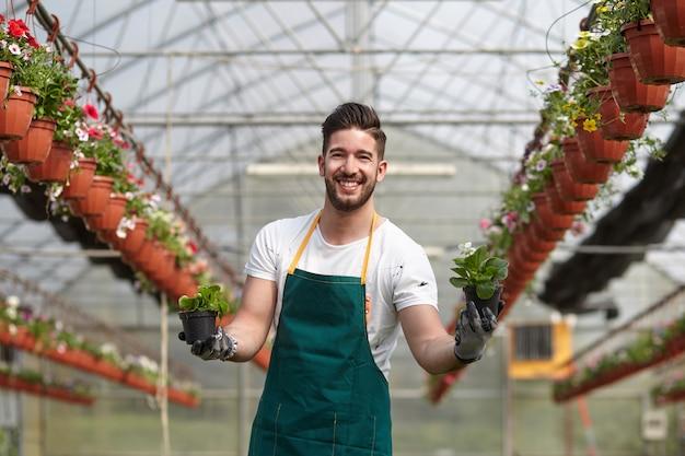 Las personas que trabajan en una tienda de jardinería