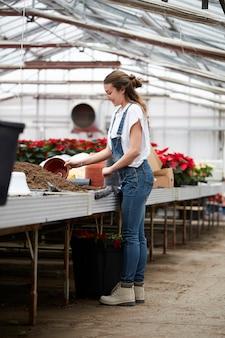 Personas que trabajan en una tienda de jardinería.