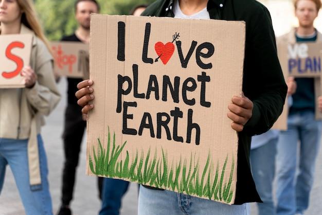 Personas que se unen a una protesta por el calentamiento global