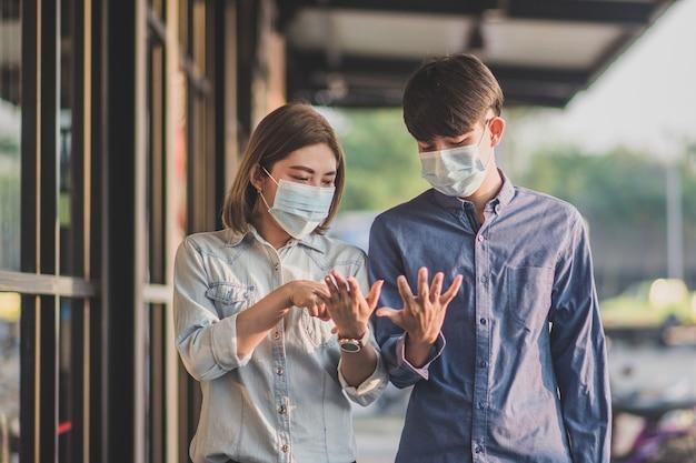 Personas que usan mascarilla para protegerse contra el coronavirus covid 19