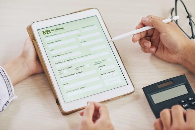 Personas que usan tableta con aplicación de banco