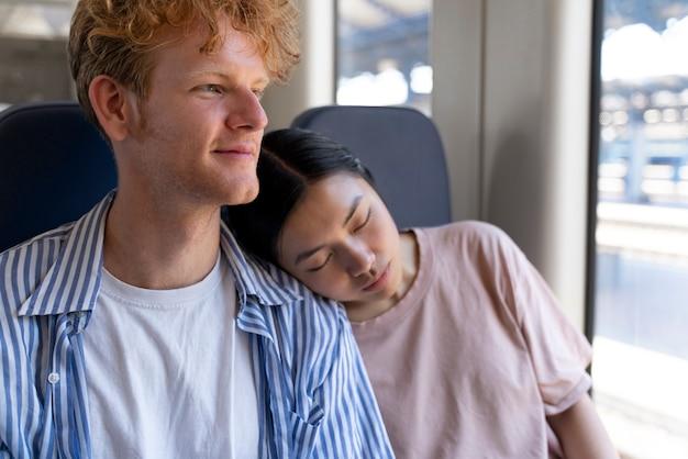 Personas que viajan sin preocupaciones covid