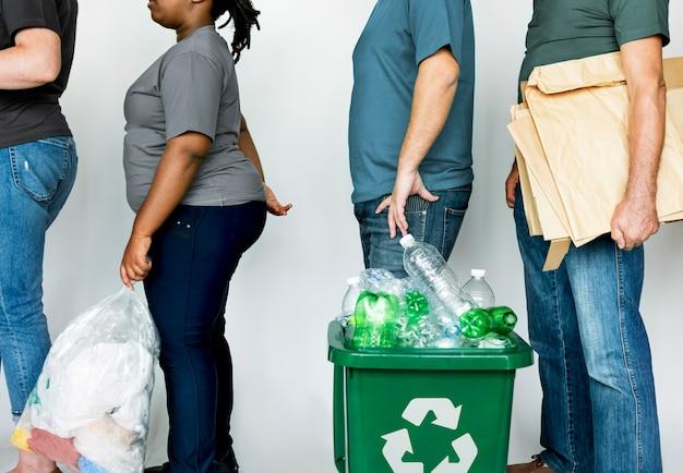 Personas con reciclaje basurero ambientalmente amistoso