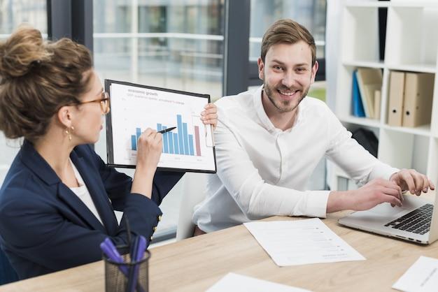 Personas de recursos humanos durante una entrevista de trabajo