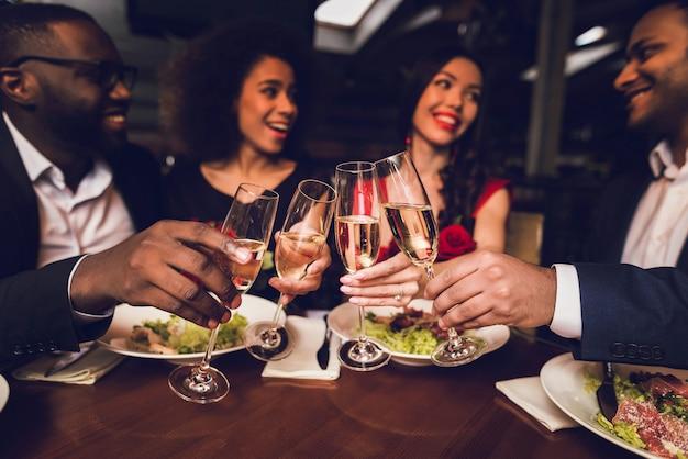 Las personas reunidas en el restaurante descansan y beben vino.