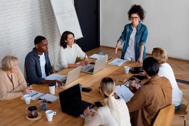 Personas en reunión de negocios de alto ángulo.