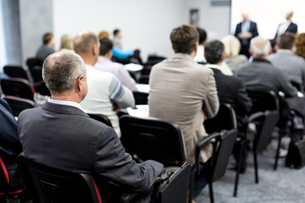 Personas en una sala para un seminario, reunión, conferencia