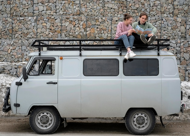Personas sentadas en camioneta con mapa de tiro largo