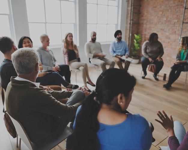 Personas sentadas en un círculo de consejería.