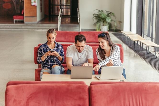 Personas sentadas con gadgets