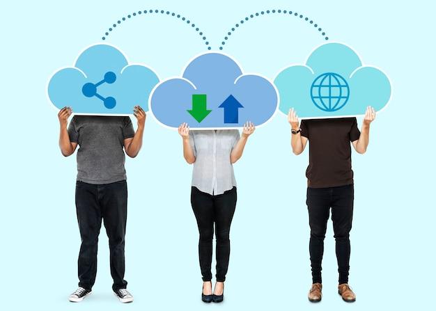 Personas con símbolos de almacenamiento en red en la nube.