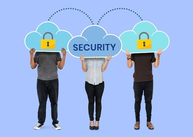 Personas con símbolos de seguridad de red en la nube.